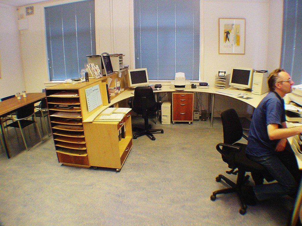 inrichting kantoor Leiden in massief kersen, berken en laminaat