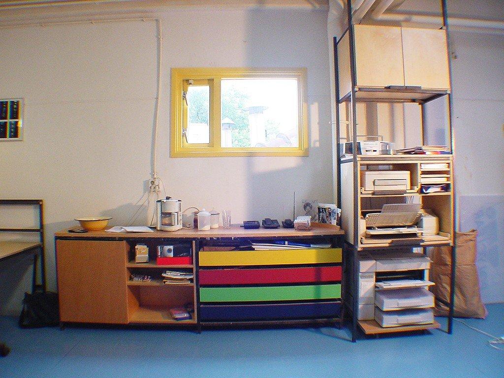 kantoor meubels voor een grafisch buro van staal en berkenmultiplex