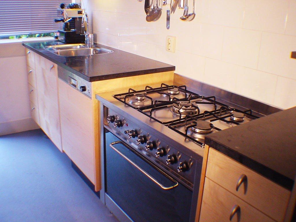 Smalle keuken met veel licht en bergruimte