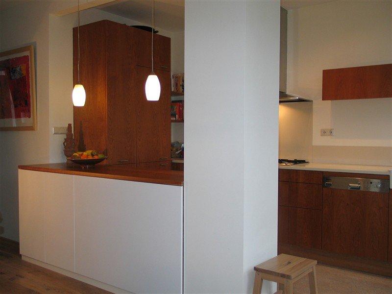 Stijlvolle keuken in kersen en corian