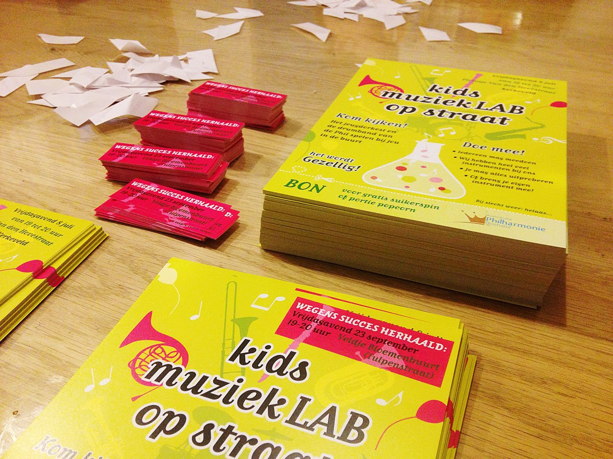 stickers plakken op flyers van de philharmonie bocholtz