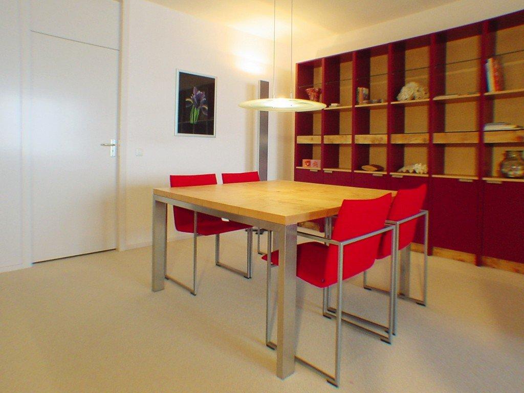 Interieur in veld-esdoorn, paars lakwerk en RVS