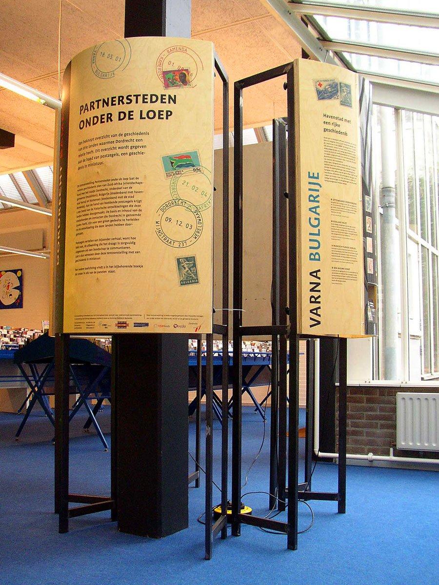 tentoonstelling panelen gebogen platen stalen frame voor cos stedenband