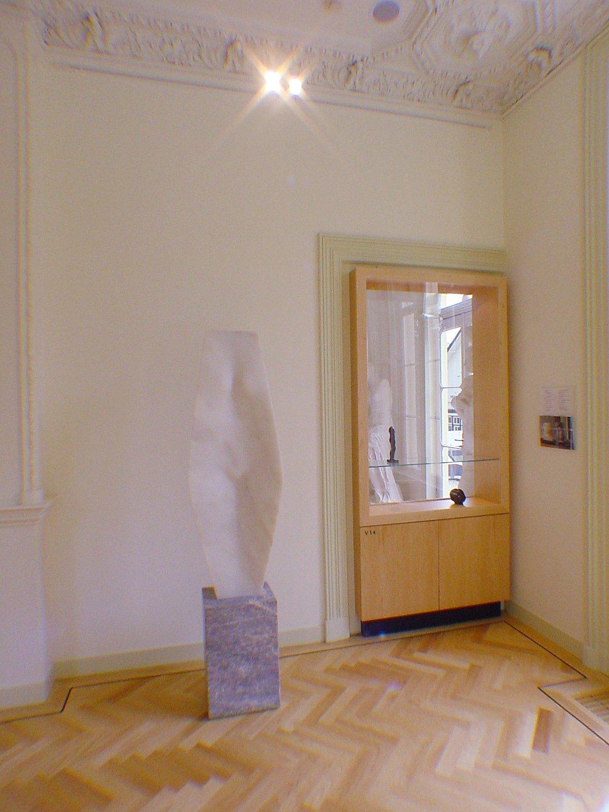 Inrichting museum Het Depot: vitrines, kasten en diverse meubelen