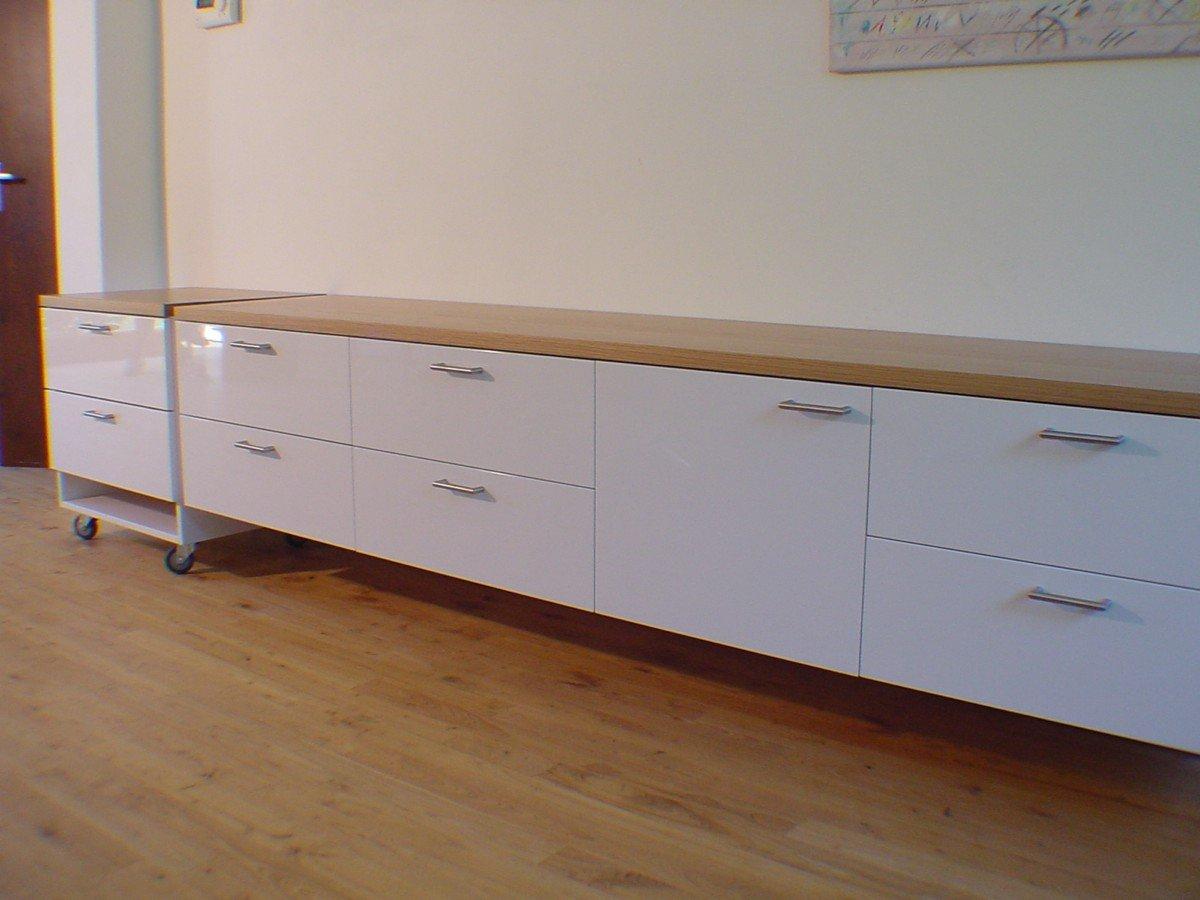 Strak dressoir met verrijdbaar deel. Wit spuitwerk, massief eiken blad
