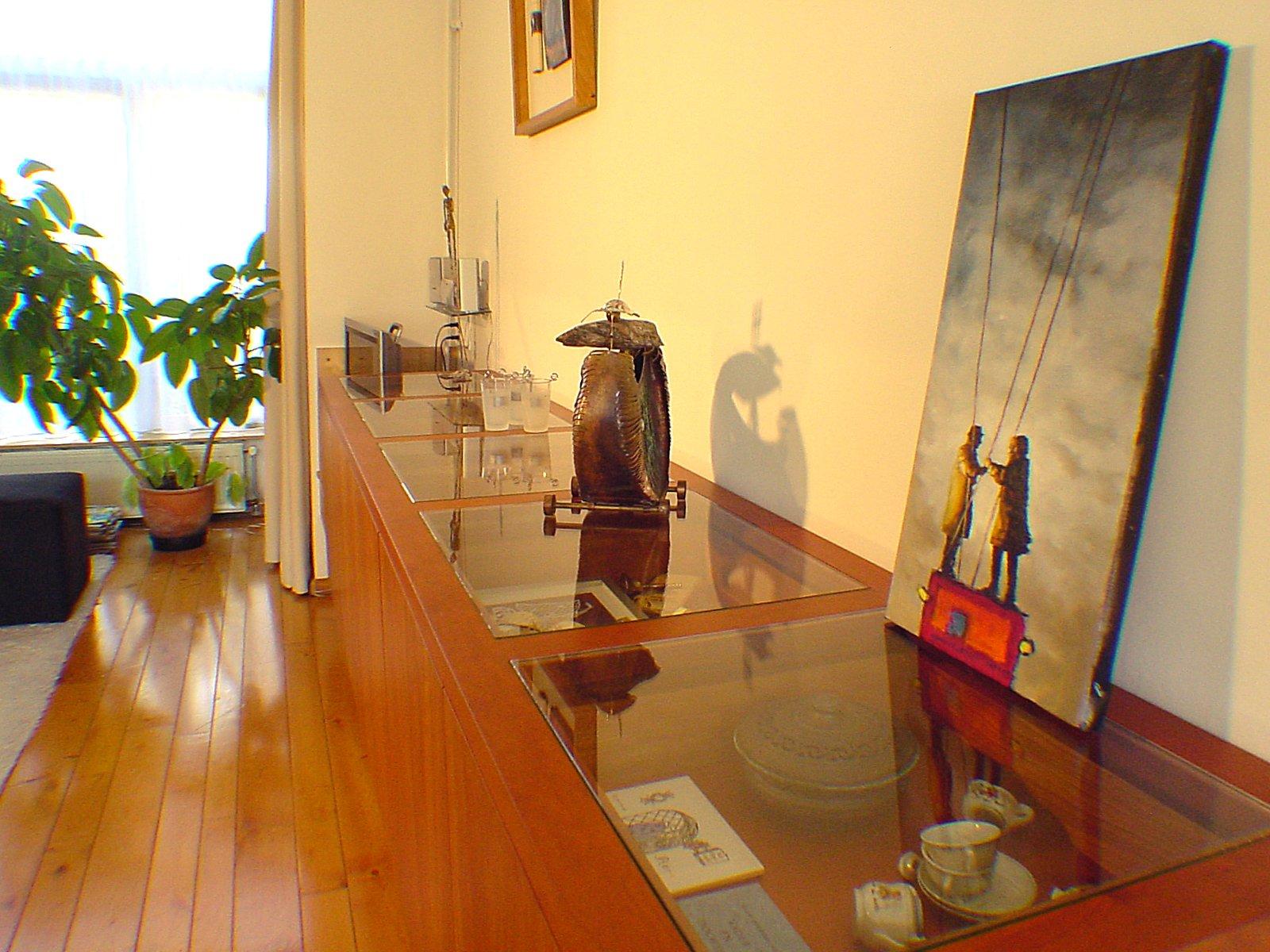 Zwevend dressoir met vitrines in kersen en berken