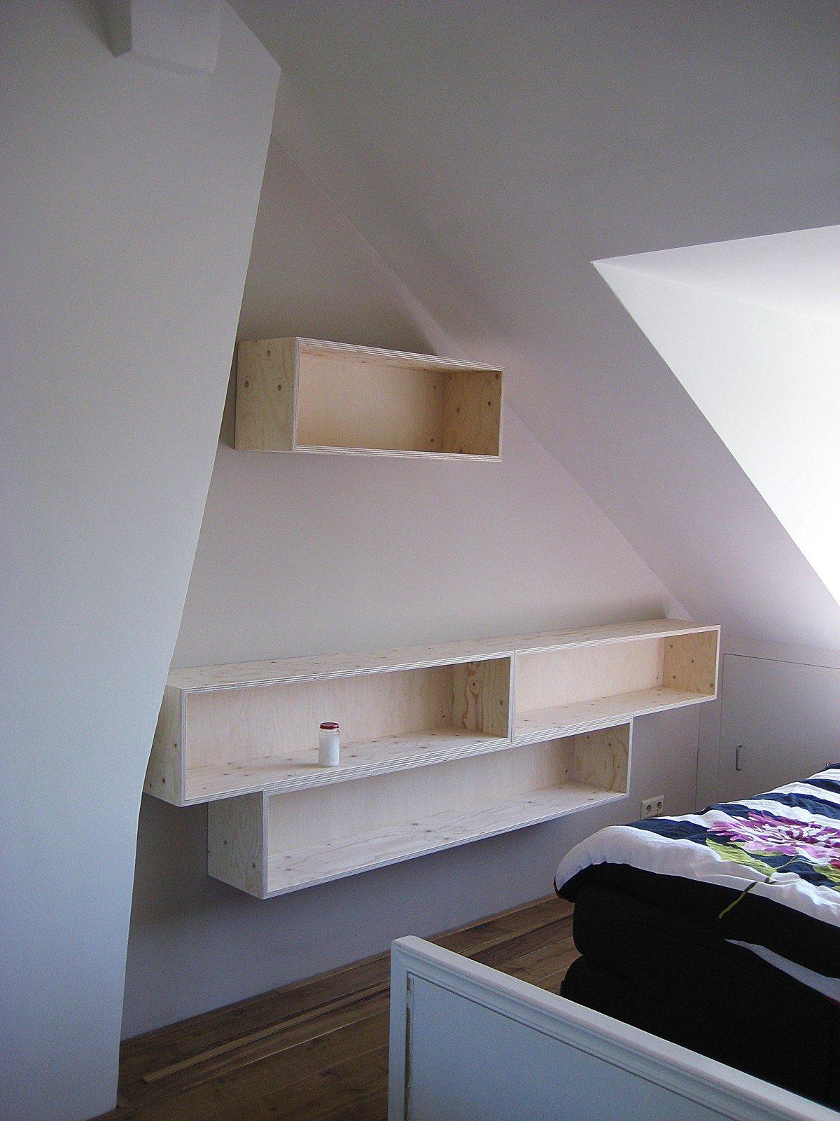 Flexibele boekenkast Thim op een moeilijke schuine plek