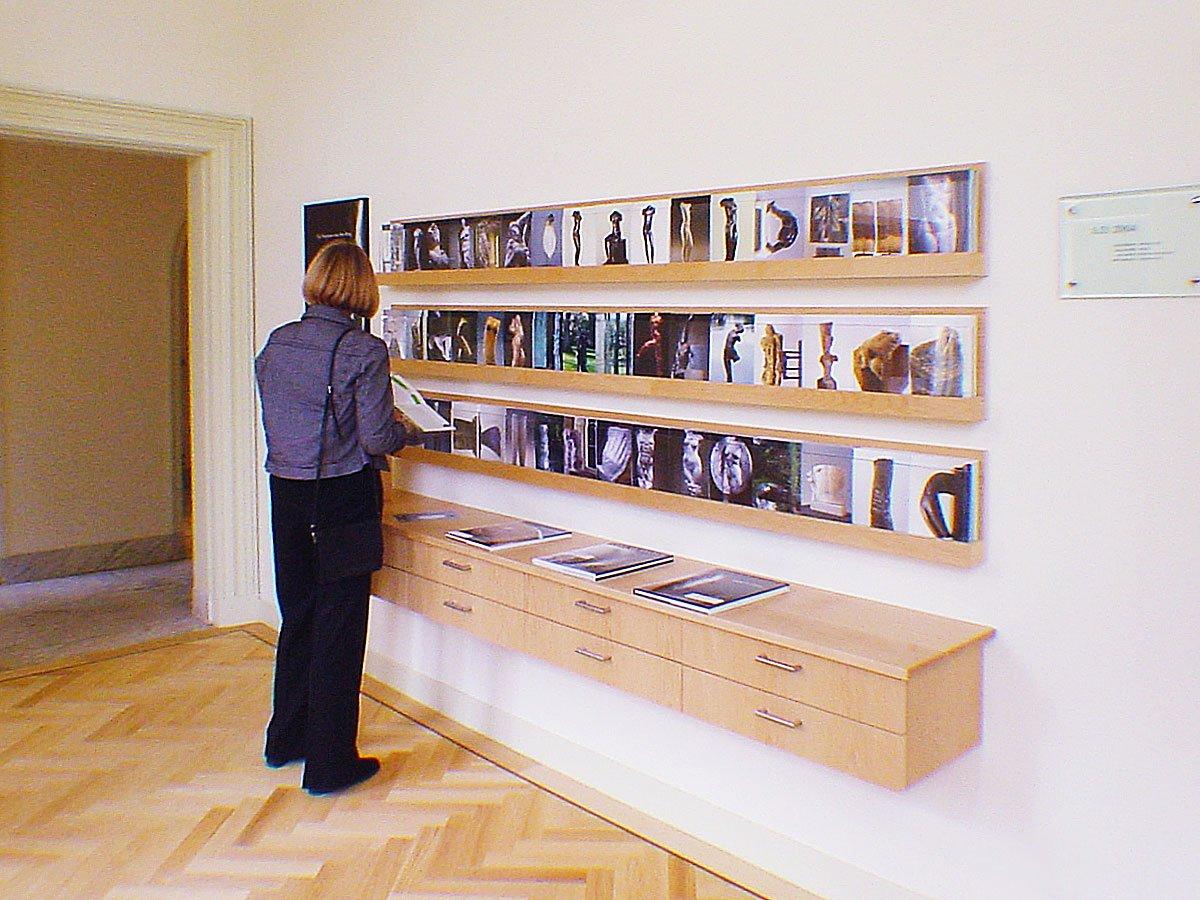 display voor kaarten en kunstboeken in museum Het Depot