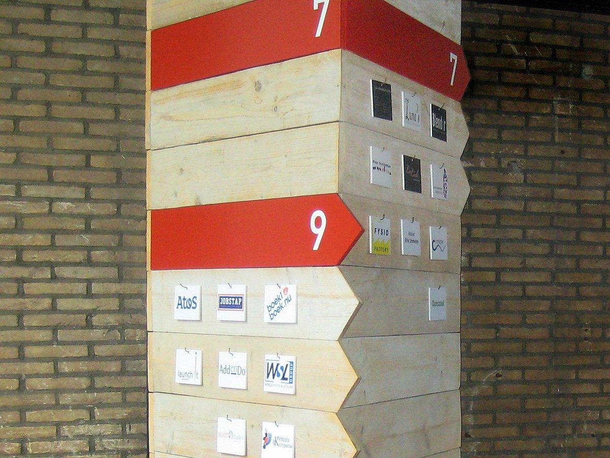 bewegwijzering zuil pijlen flexibel systeem steigerhout